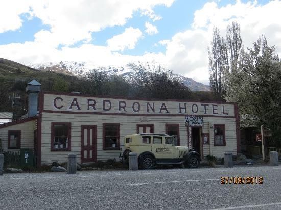 Cardrona Hotel: snow capped mountains behind the hotel