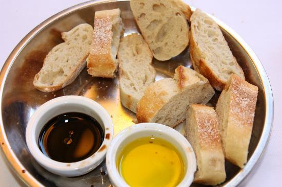 Novo: Bread with balsamic and olive oil