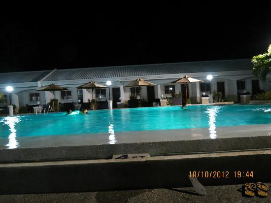 Panglao Regents Park Resort: pool at night. Nice lights!