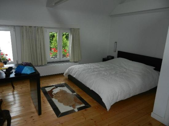 Bed in Gent: Clean and spacious bedroom