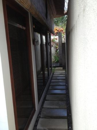 Balibaliku Beach Front Luxury Private Pool Villa: looking down side of villa to outdoor shower