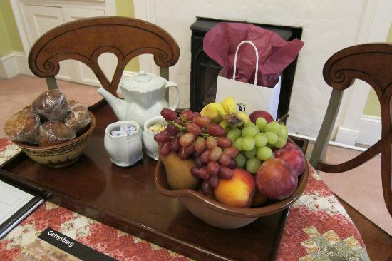 Inn at Lincoln Square: Fruit and muffins