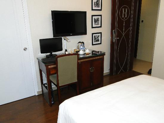 Signature Saigon Hotel: TV and Desktop(high spec)