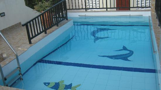 Mei Place Apartments: Rooftop swimming pool