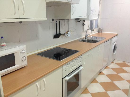 Madrid Central Suites: Kitchen