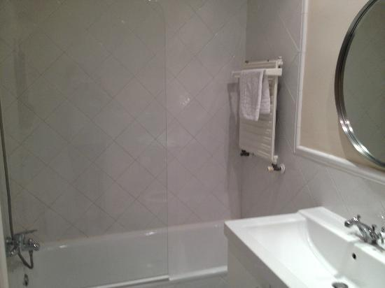 Madrid Central Suites: Shower area