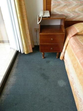 King's Hotel: Old, drity, mangy, grimy, worn carpets...out dated furnishings