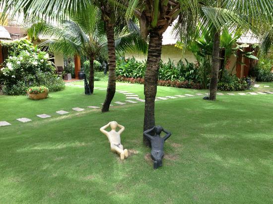Terracotta Resort: Вся территория отеля представлена такими керамическими человечками))) Прикольно