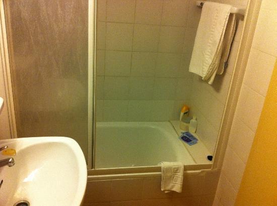 Esplugues Hotel : Great bathroom.