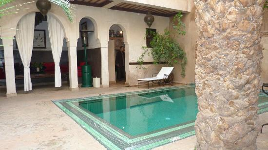 Riad Palmier : cours en bas, avec bassin