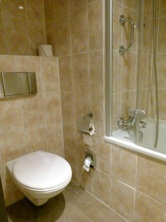 Mövenpick Hotel Nürnberg-Airport: Badezimmer - sehr sauber