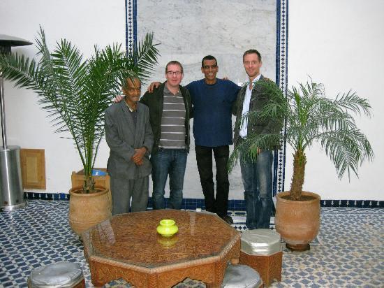 Riad 53: Mon frère et moi dans la cour avec le personnel (Hamid et Mohammed)
