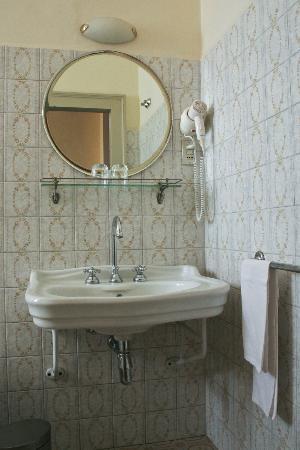 Grand Hotel Reale : sdb refaite (années 80 ?) et très propre