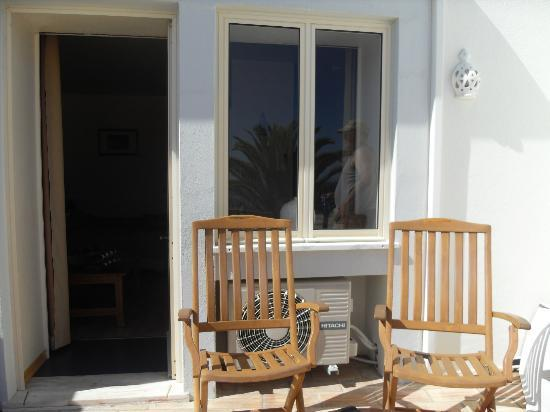 Luz Beach Apartments: Our spacious deck with chairs and lounges