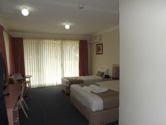 Island Palms Motor Inn: room