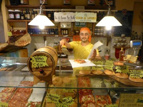 Amici di Ponte Vecchio Da Stefano: stefano serving up a slice of delectable pizza!