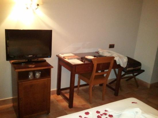 Hotel Dona Manuela: Televisión y escritorio