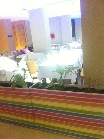 Rivavi Fashion Hotel: Colourful resteraunt