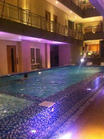 Rivavi Fashion Hotel: The pool at night