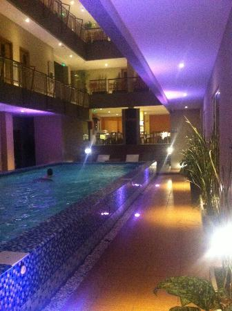 Rivavi Fashion Hotel: Pool lights at night