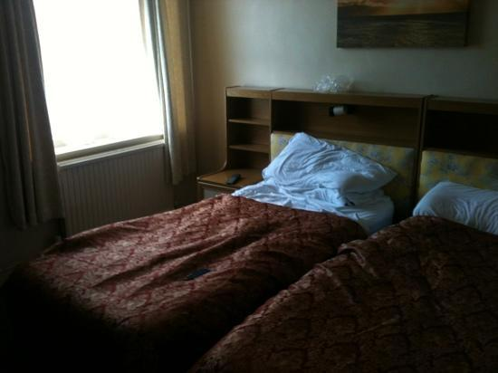 The Ellesmere: shabby twin room on 4th floor