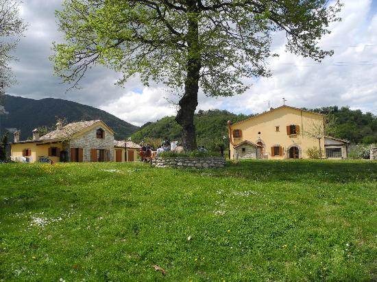 Agriturismo Villa Furlo: Panorama dei 2 Casolari