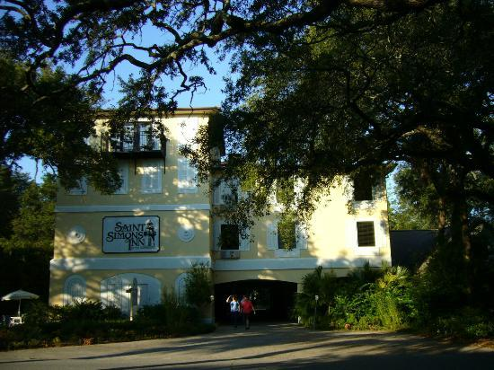 Saint Simons Inn by the Lighthouse: The Inn by daylight