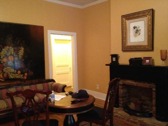 Twins Oaks Bed and Breakfast: Natchez Suite living room