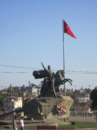 Ataturk Monument: LE MONUMENT ATATURK EN PLEIN CENTRE VILLE