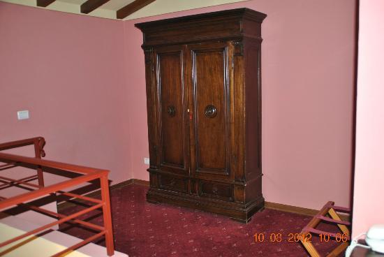 Relais Uffizi: armoire room 15