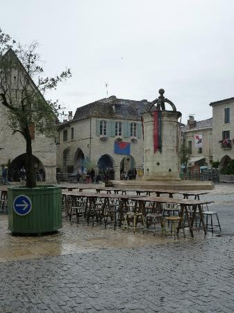 Les Lauriers: Eymet town square