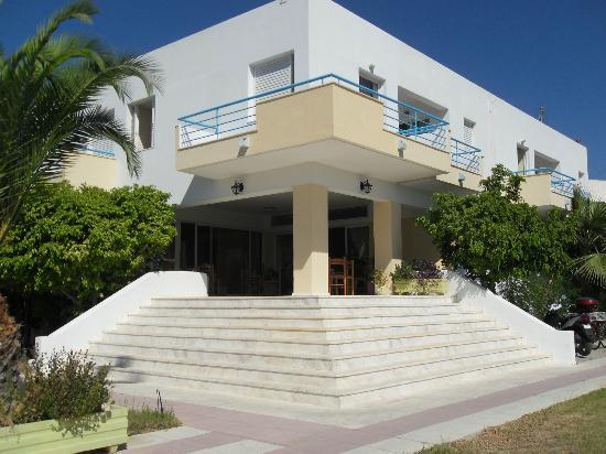 Leonidas Hotel & Studios: facciata e ingresso