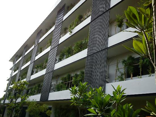 Quest Hotel Kuta: The front facade of hotel