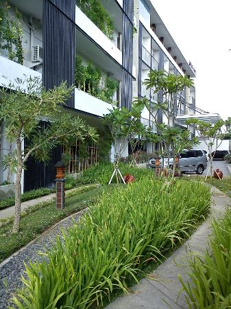 Quest Hotel Kuta: Small courtyard in front of the cafe