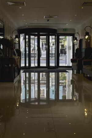 Macdonald Windsor Hotel: View from inside towards front entrance