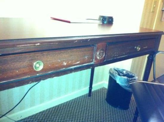 Crowne Plaza Hotel Madison: Beat Up Desk