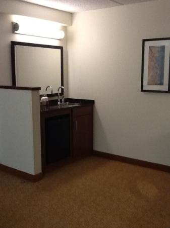 Hyatt Place Raleigh-Durham Airport: wet bar with mini fridge and single serve coffee maker