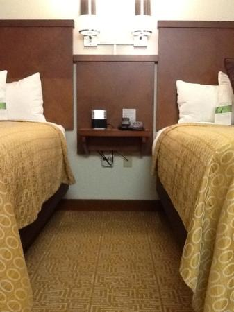 Hyatt Place Raleigh-Durham Airport: night stand