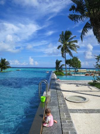 Four Seasons Resort Maldives at Landaa Giraavaru: The main pool