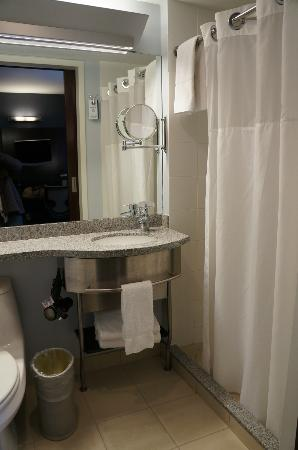 Club Quarters Hotel, opposite Rockefeller Center: Bathroom, Standard Room