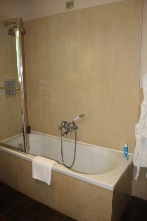 Hotel Villa Carlotta: Bathtub