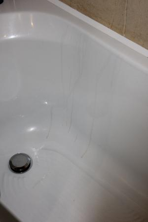 Hotel Villa Carlotta: Stains on the bathtub