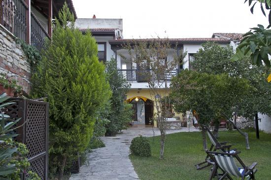 Villa Konak Hotel Kusadasi: The garden.