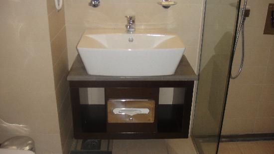 Safir Hotel Doha: Bathroom sink