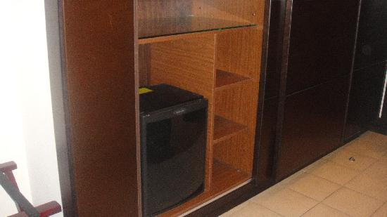 Safir Hotel Doha: Wardrobe, storage, fridge
