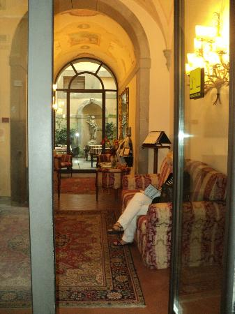 Hotel San Michele: Through the lobby.