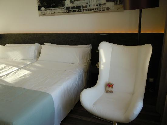Tryp Cadiz La Caleta: Big white chair
