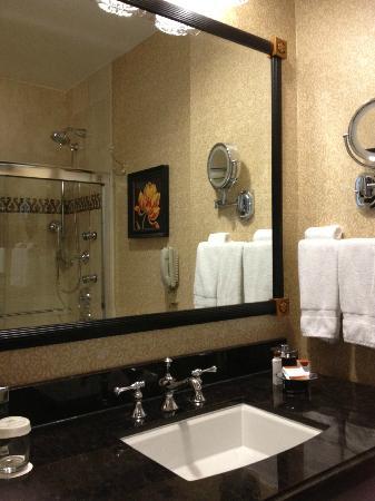 The Roosevelt New Orleans, A Waldorf Astoria Hotel: Master Bath