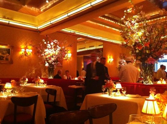 beautiful floral arrangements picture of la grenouille new york city tripadvisor. Black Bedroom Furniture Sets. Home Design Ideas