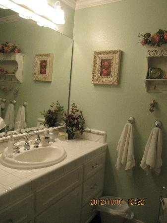 Serendipity Ranch Bed and Breakfast: bath room